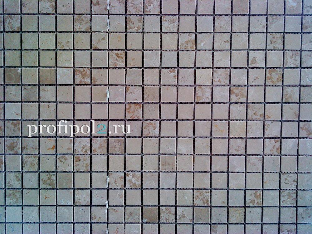 укладка мраморной мозаики на фартуке кухни