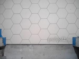 подрезка плитки шестигранника в дверном проеме